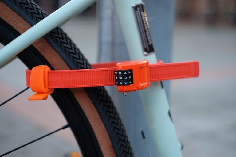 SMARTING: Ottolock, en genial liten lås perfekt utenfor butikken. Men hvorfor truer så mange steder med å fjerne sykkelen din om du låser den fast i noe? Foto: Sørensen sykler.