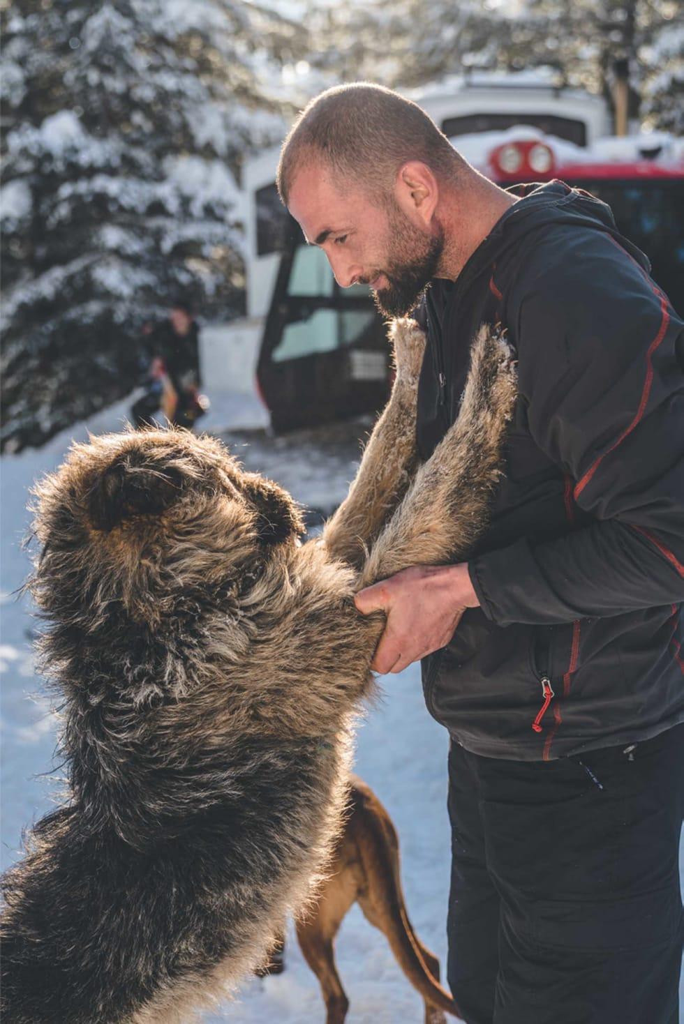 DUO: For femten år siden kjempet Rrapini i Kosovokrigen. Nå tar han og hunden Terry imot skikjørere på Grand Gjeravica Hotell.