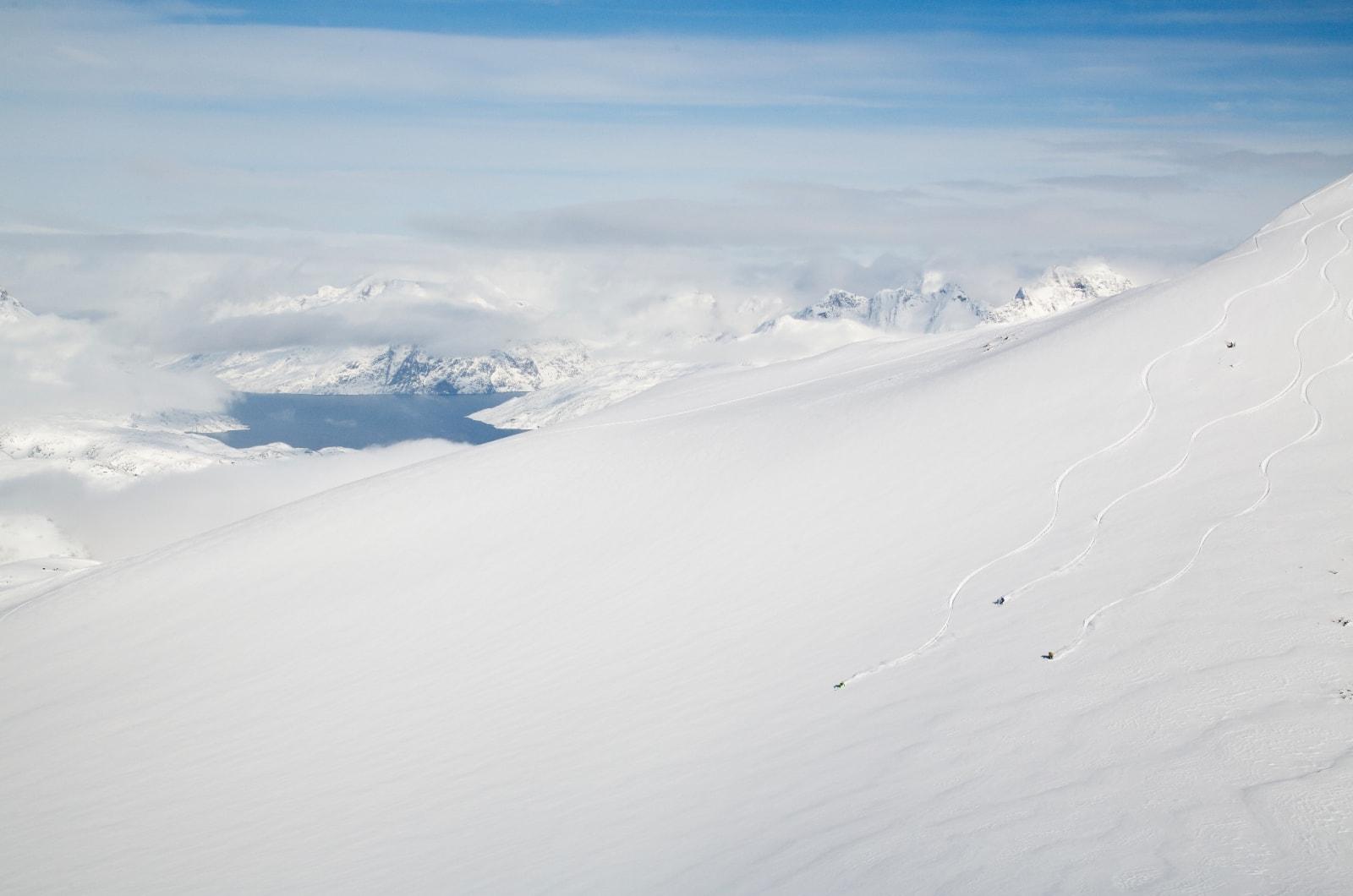 ALEINE: First tracks er hovedarbeidsoppgave på Grønland. Og det er vanskelig å mislykkes med den oppgaven. Martin Letzter, Tom Seeman og Johan Engebratt på vei ned fra toppen av Utsiqt.