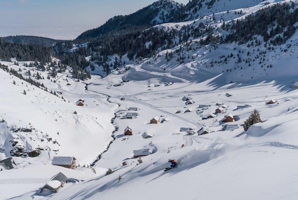 OPP IGJEN: Rundt Gropa Erenikut ligger det mye lekkert skiterreng. Henning kan se hjem til hotellet når han legger en linje på vei ned til snøkatten.