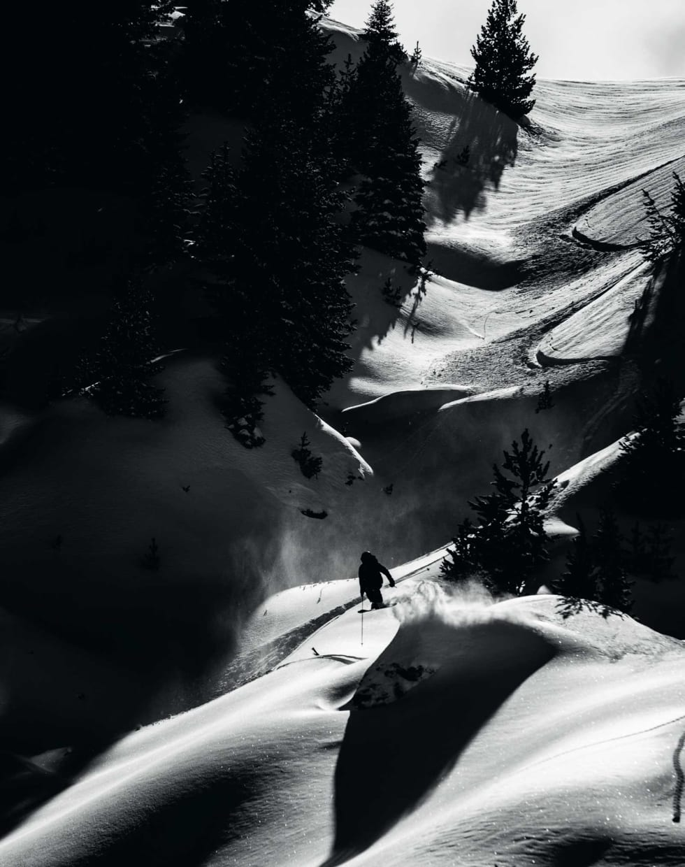 LUFT: Erling svever av glede etter å ha lagt fine buer i snøen.