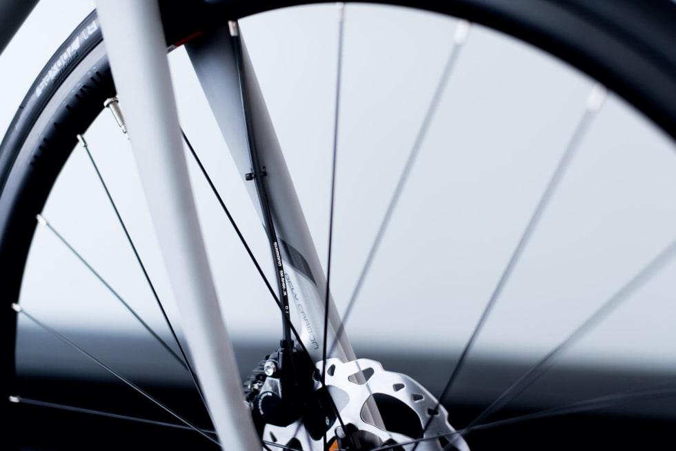 UTAFOR: Strømpen til forbremsen går utenpå, ikke inni gaffelen. Det er lenge siden dette var gangbar mynt, selv på sykler i den rimelige prisklassen.