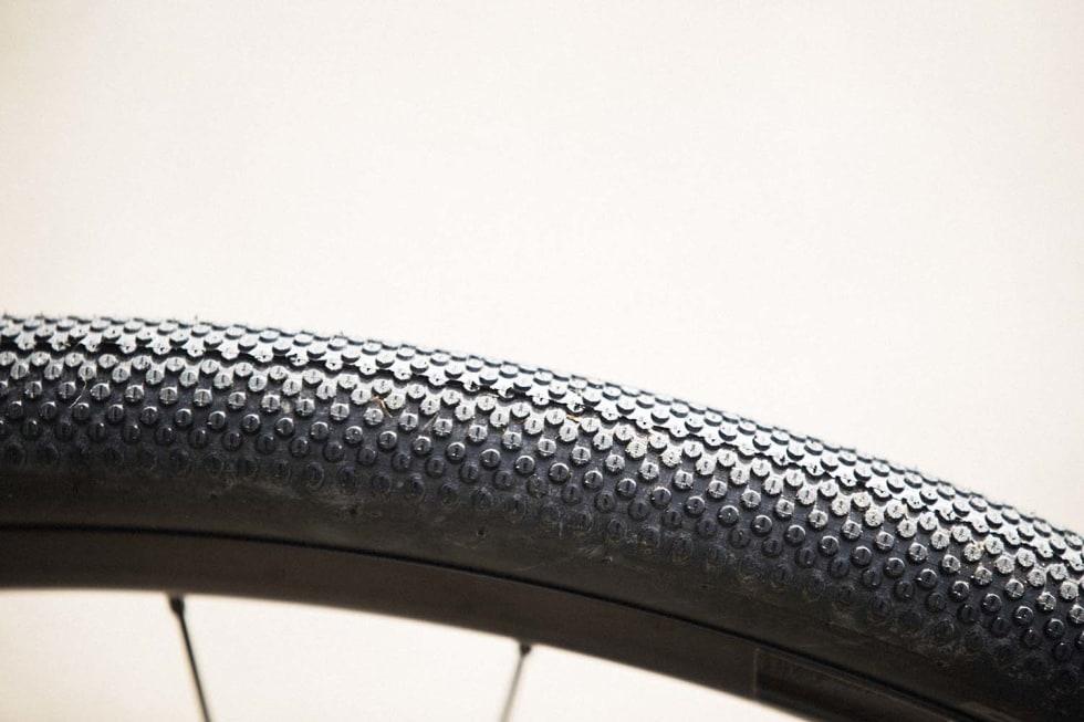 FAVORITT: Schwalbe-dekkene på Scott-sykkelen er lettrullende favoritter til grus- og asfaltsykling.