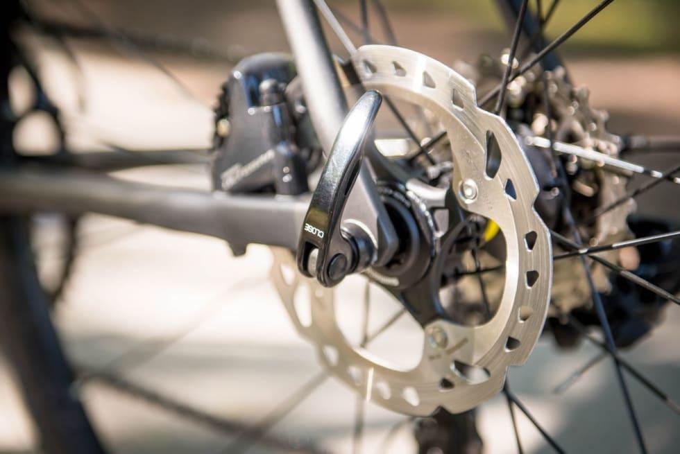 BEST FØR, MEN IKKE FARLIG ETTER Standard 9 mm hurtigkoblinger hører fortiden til på sykler med skivebremser. Cannondale må henge med i tiden.