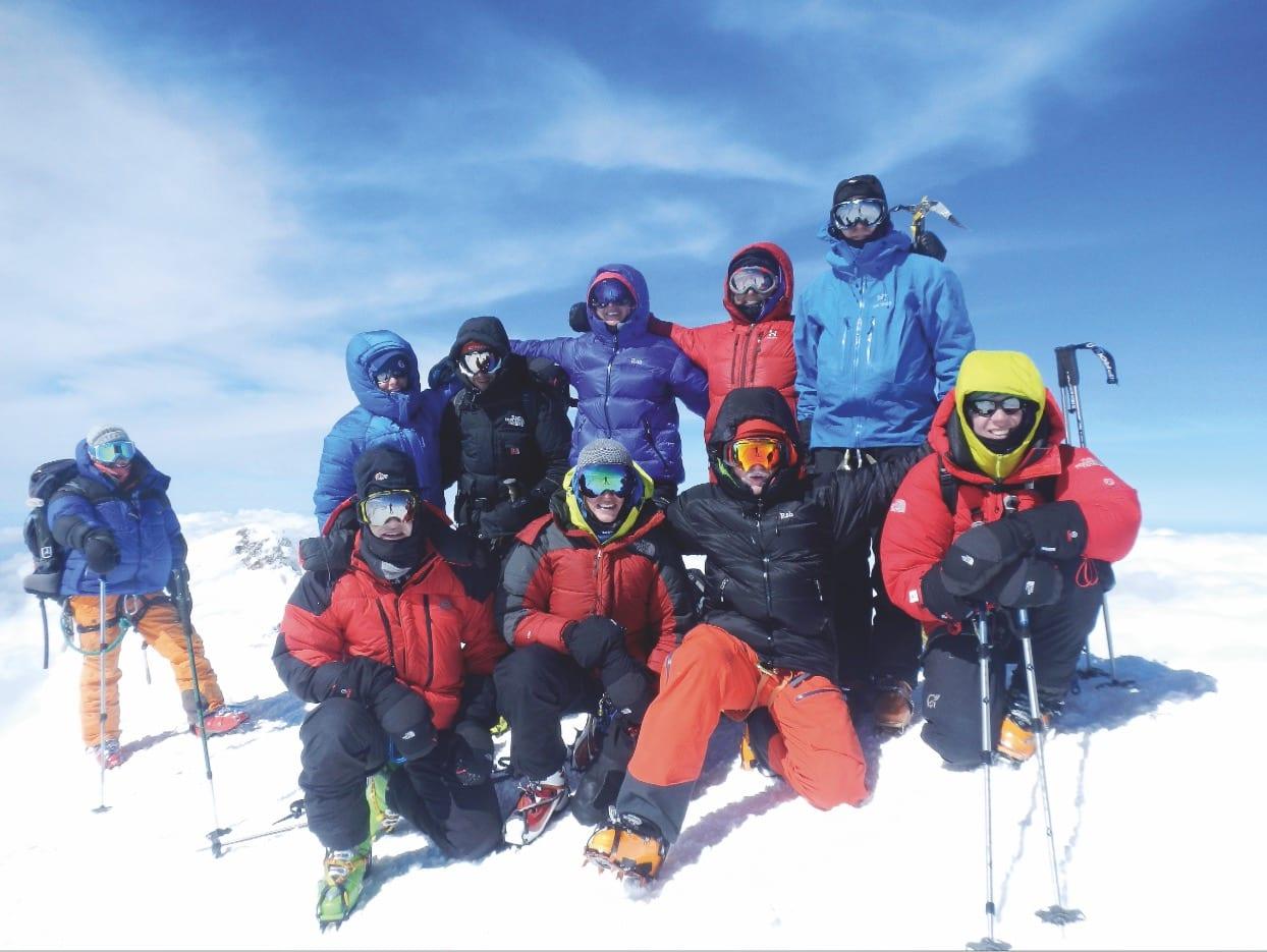 Topp stemning: Vi kom opp, til toppen av Europa. Alle de høye fjellene ble små rundt oss, og halve turen var unnagjort.