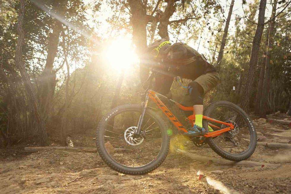 HØY FART: De kraftige endurosyklene er lettsyklet og kvikke. Mathias Marley setter fart.