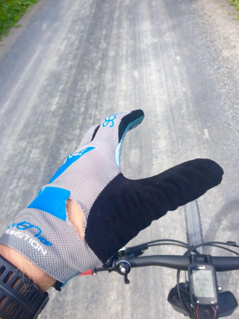 HULL: Et tryn tidlig i testperioden kostet 15 sting, en brukket Giro-hjelm, en røket klokkerem og et hull i 7-hanskene. Hullet har ikke blitt større med tid og bruk.