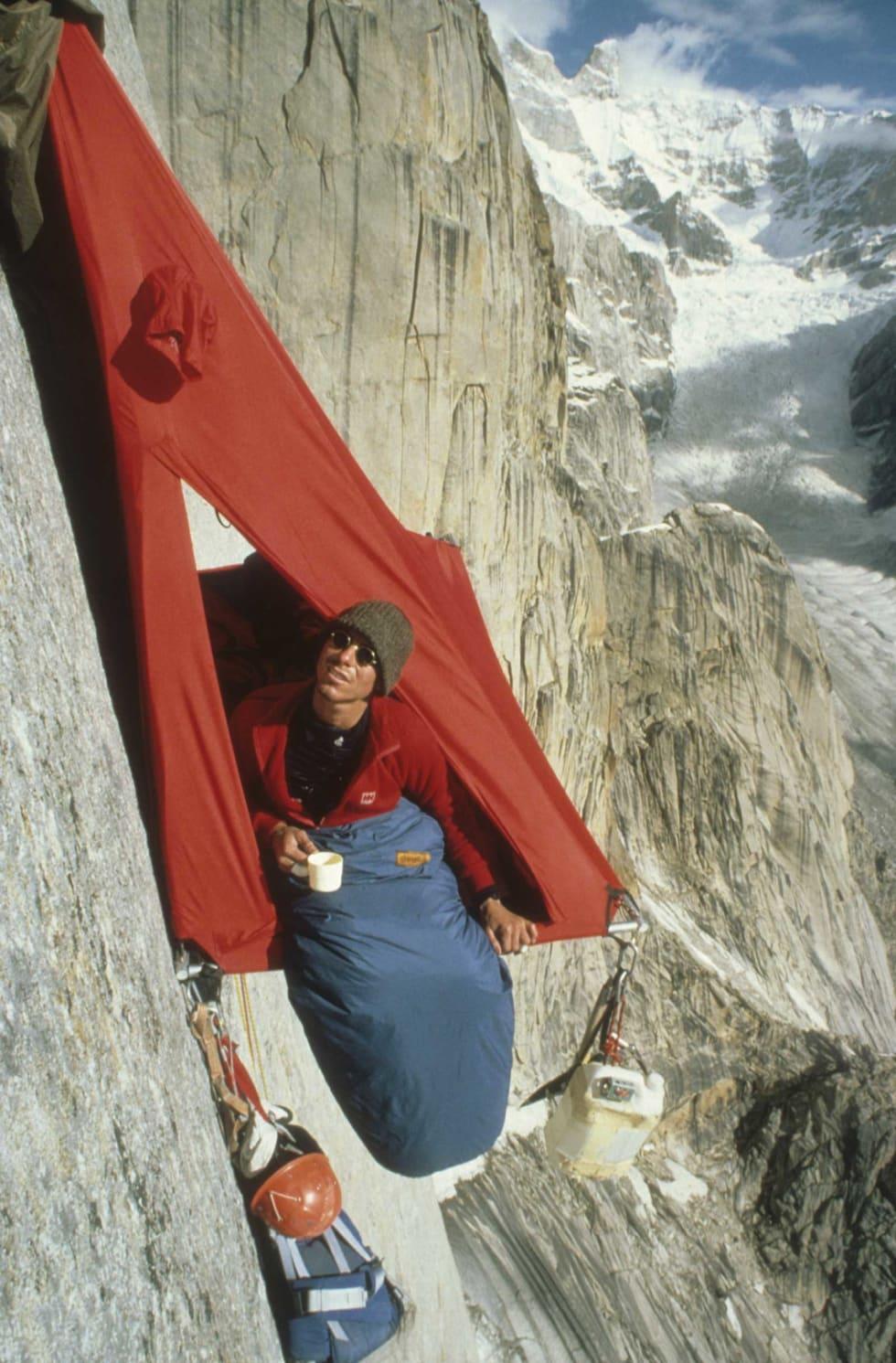 Livet på Trango: The Norwegian Trange Expedition 1984 er en av de store milepælene i norsk klatrehistorie. Her opplever Dag regn på nedre del av pillaren, og morgenstund i port-a-ledgen. Begge foto: Stein P. Aasheim