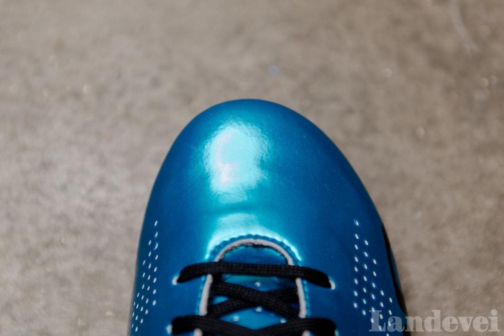 VENTILASJON: Selve skoen har bittesmå hull spredd over hele foten. Hullene er små, så det fungerer fint.