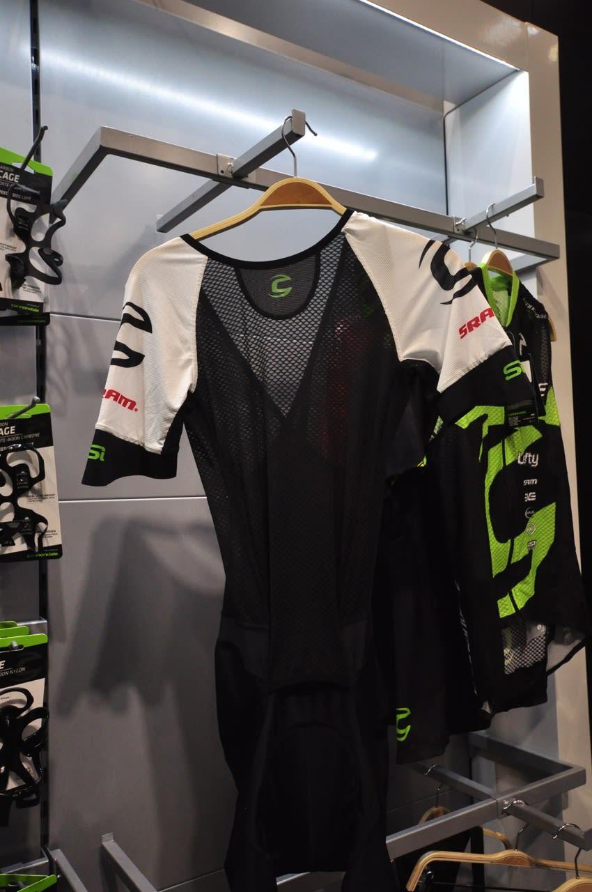 HELDRESS: Cannondales tempodrakt for terrengsykling er utformet for og dekkes over av en tynn vest og en vid shorts.