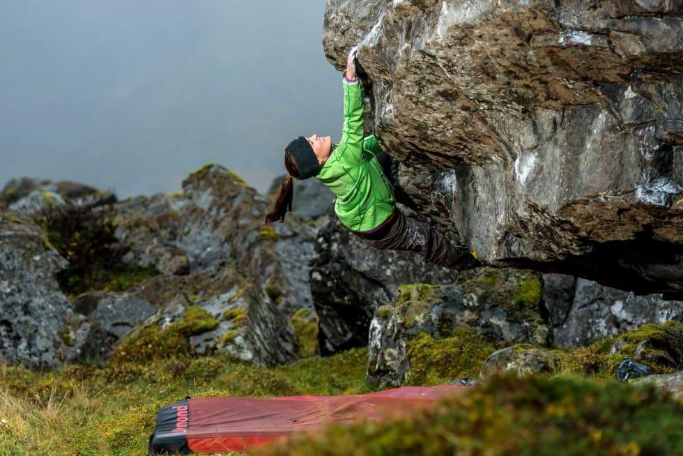 Strekk: Ragnhild Lossius på Blood Diamond (6B+) ved Skagsanden.