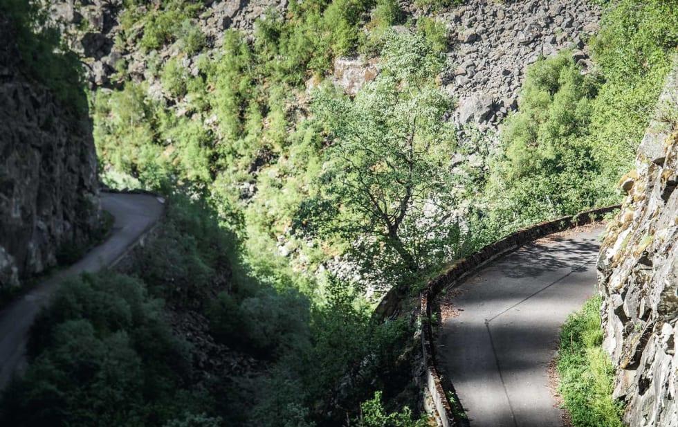 GALLERIVEI: Det er ikke mange veier som dette i Norge. Innerst i Storegjelet slynger veien fra 1916 rundt seg selv, utenfor og på innsiden av fjellsiden.