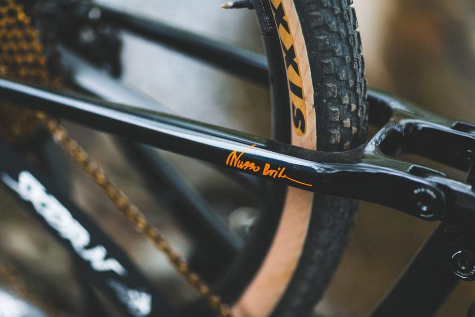 SIGNERT: Skør'n-innehaver Wubbo Boiten har sin egen signatur på sykkelen på setestaget.
