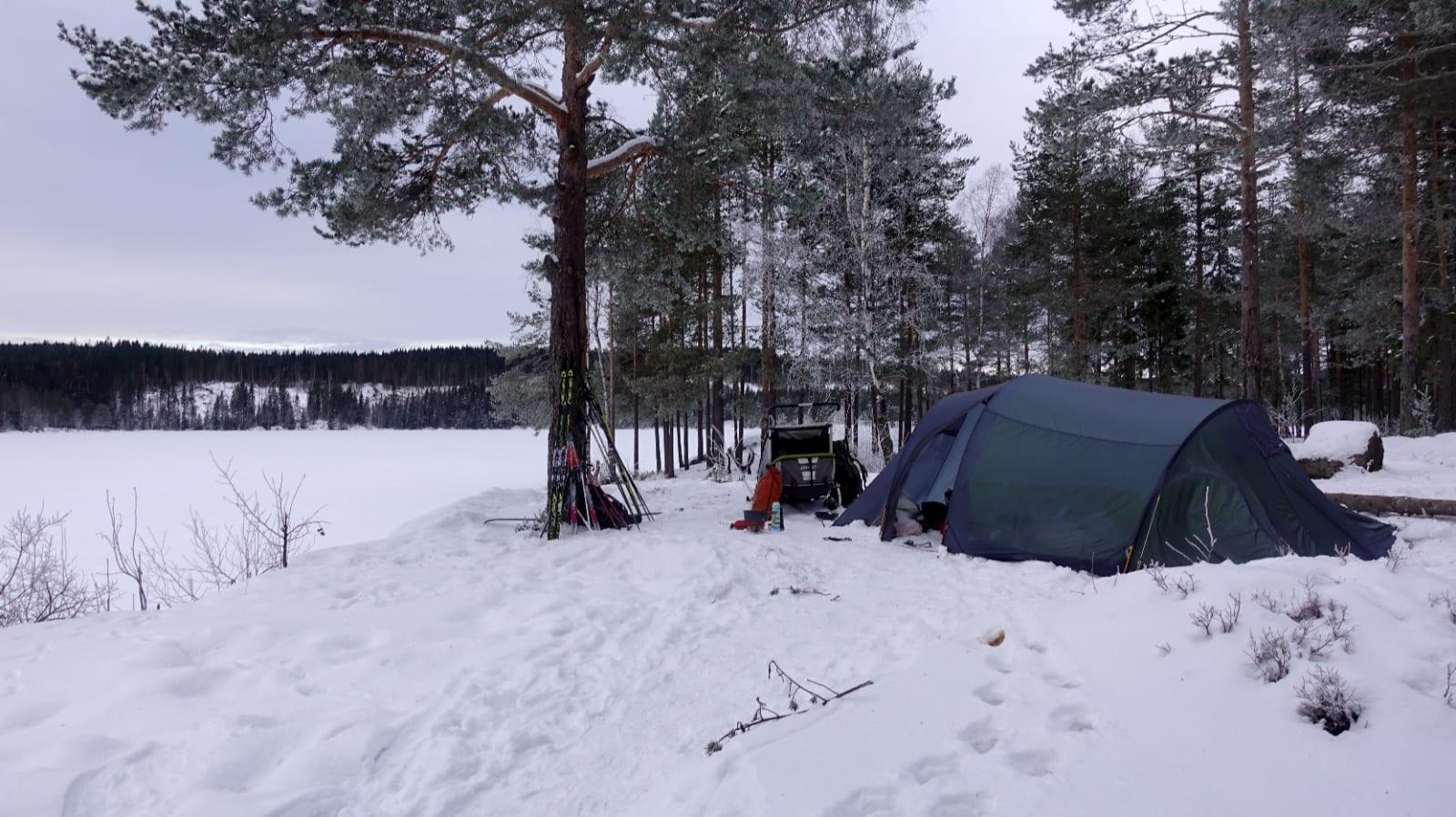 BASEN: Finn deg et sted og slå opp teltet, fyr bål og lag hopp- og akebakke. Litt variasjon i aktiviteter kan være gull verdt om fisken ikke biter.