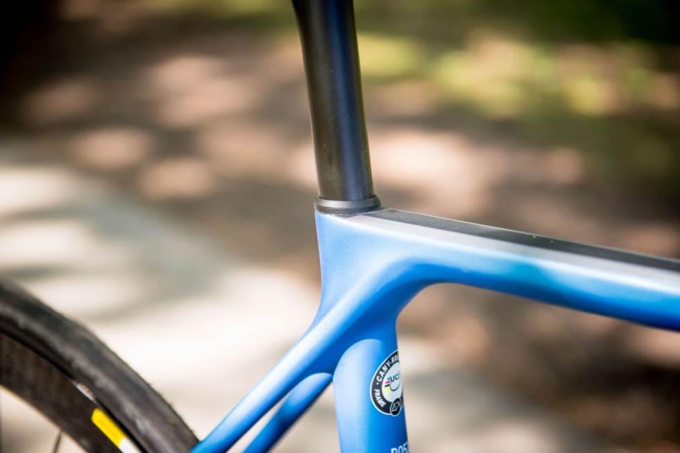 PENT: Seteklemmen strammes via en bolt mellom setestagene. Den lille gummiringen er liksom prikken over i-en.