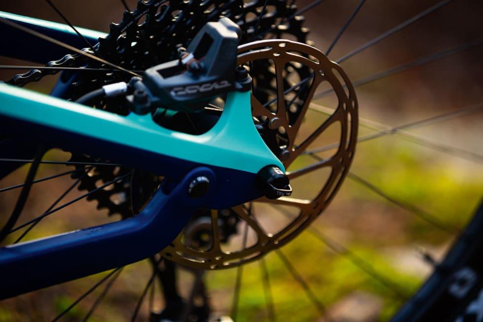 AKTIVISERINGSLEDD: Med ledd på kjedestaget blir bakhjulsvandringen mer smidig. Inne i hjulakslingen skjuler det seg en spak slik at du kan skru av hjulet uten verktøy.