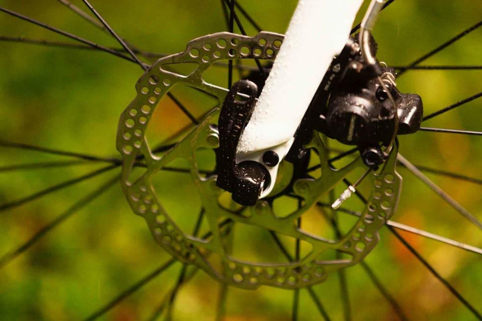 GAMMELDAGS: Vanlige hurtigkoblinger og 9 mm stikkakslinger er i ferd med å fases ut på sykler med skivebremser. Kraftigere gjennomgående akslinger gir bedre kontakt mellom gaffel og hjul, samt mer forutsigbar match med bremseskivene.