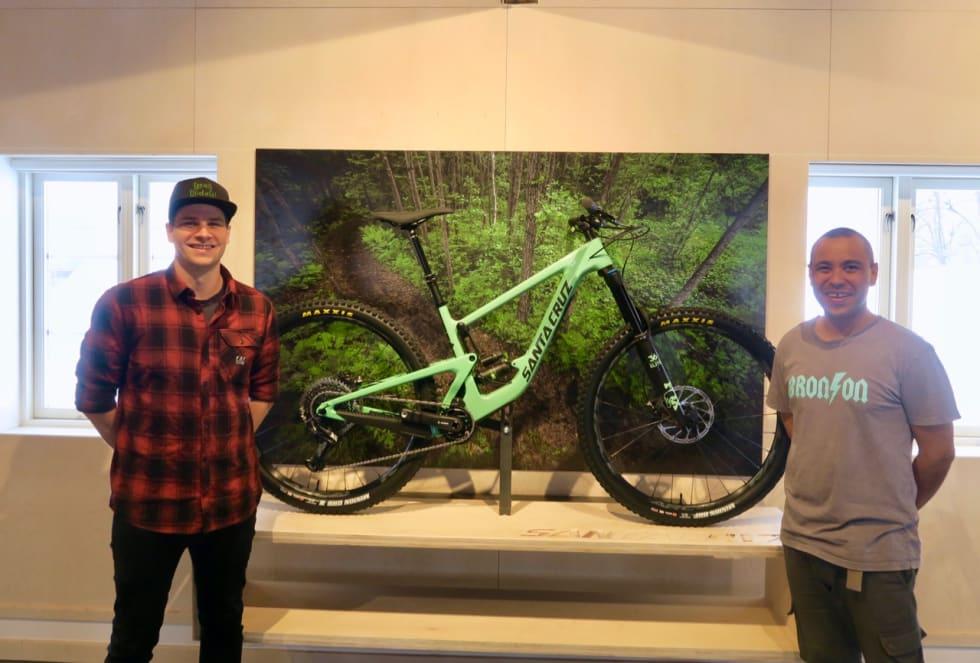 NYÅPNING: Thomas Gajda Asbjørnhus og Tom Odongo er klare til å åpne den nye Santa Cruz-butikken.