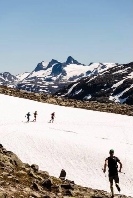 MYK LANDING: Avlastende å løpe på snøfonner etter lange partier med steinur. Foto: Martin I. Dalen