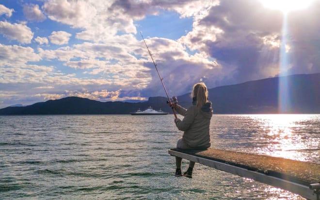 SOMMERIDYLL: Johanne trives med fiskestanga.