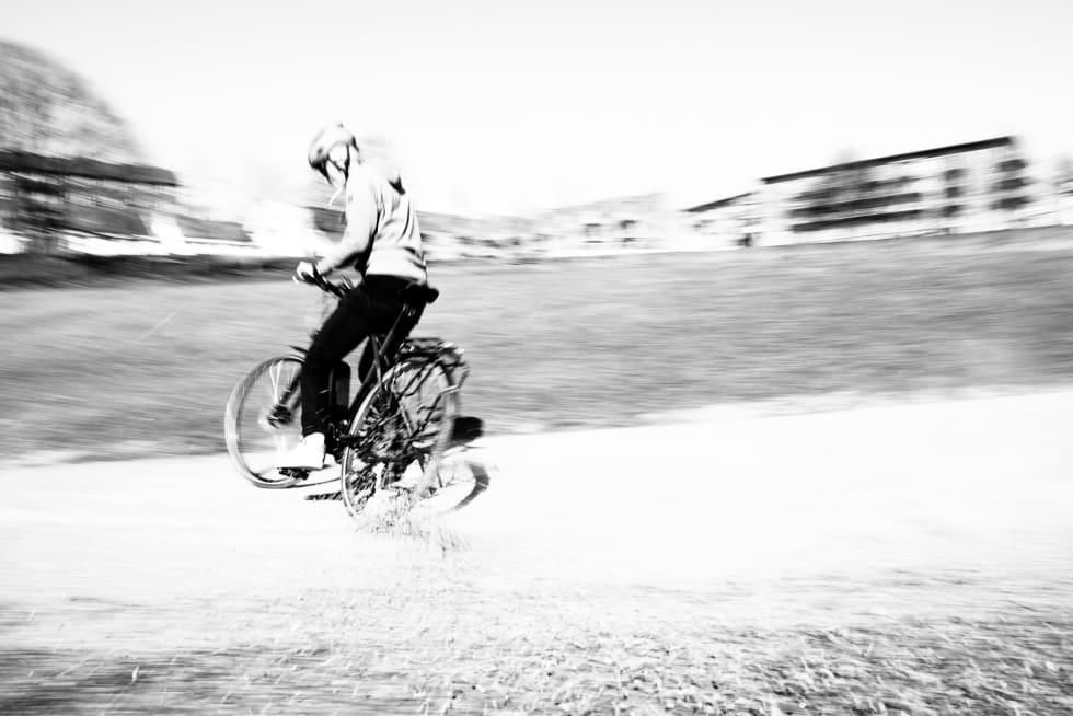 SYKKELGLEDE: Du kan fint rydde litt grus fra sykkelveien med en elsykkel også. Foto: Henrik Alpers