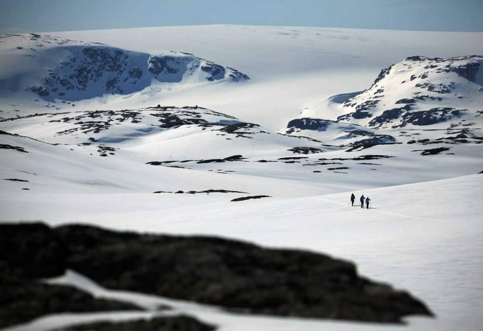 HVIT VÅR: Vårskitur fra Finse i mai. Hardangerjøkulen, fastlands-Norges sjette største isbre, i bakgrunnen. Foto: Matti Bernitz