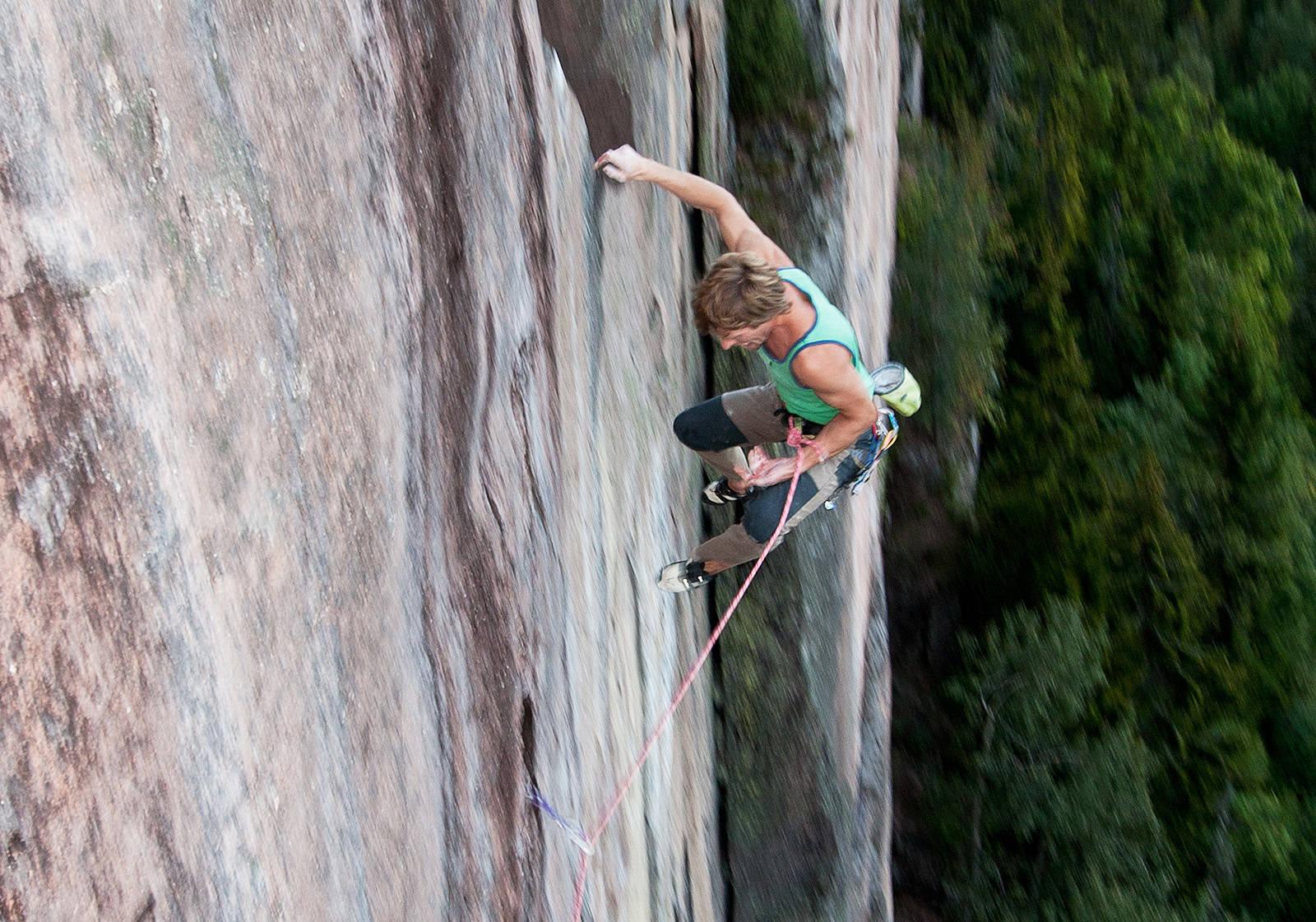 VOLDSOM: På vei mot toppen er du høyt over bakken, og langt fra siste sikring. Klatrer: Bjørn-Eivind Årtun. Foto: Ole-Petter Hoel