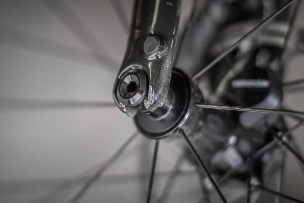 SMART: Sykkelen har gjennomgående akslinger, men klikkløsningen fra Mavic er nesten like kjapp som tradisjonelle hurtigkoblinger. I tillegg trenger du ikke ta akslingen helt ut, den vil sitte fast i navet.