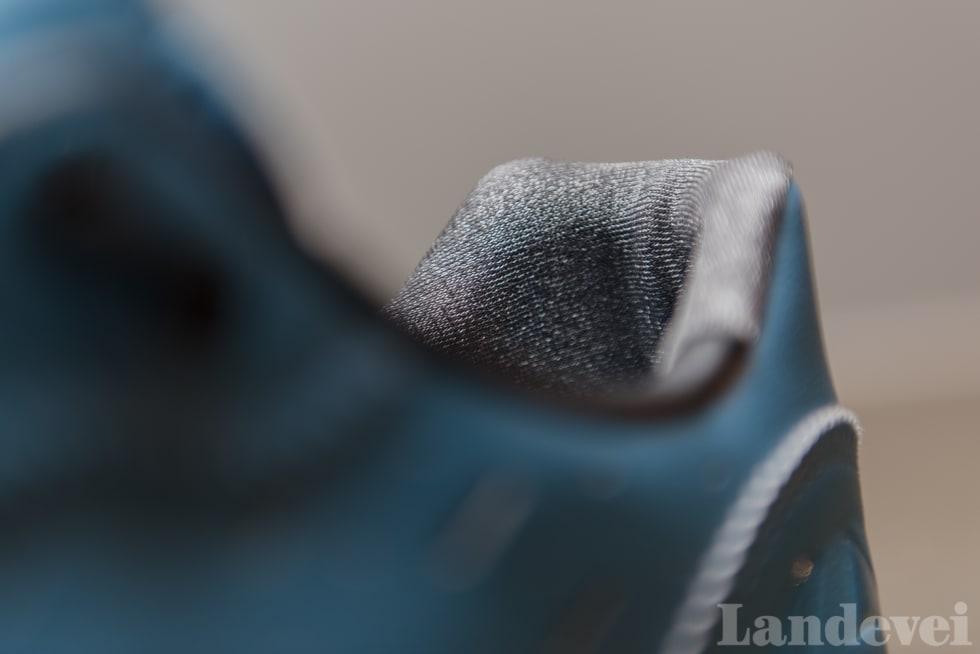 MOTHAKER: Stoffet i hælpartiet har mikroskopiske mothaker, for å hindre kipping. Det fungerer bra.