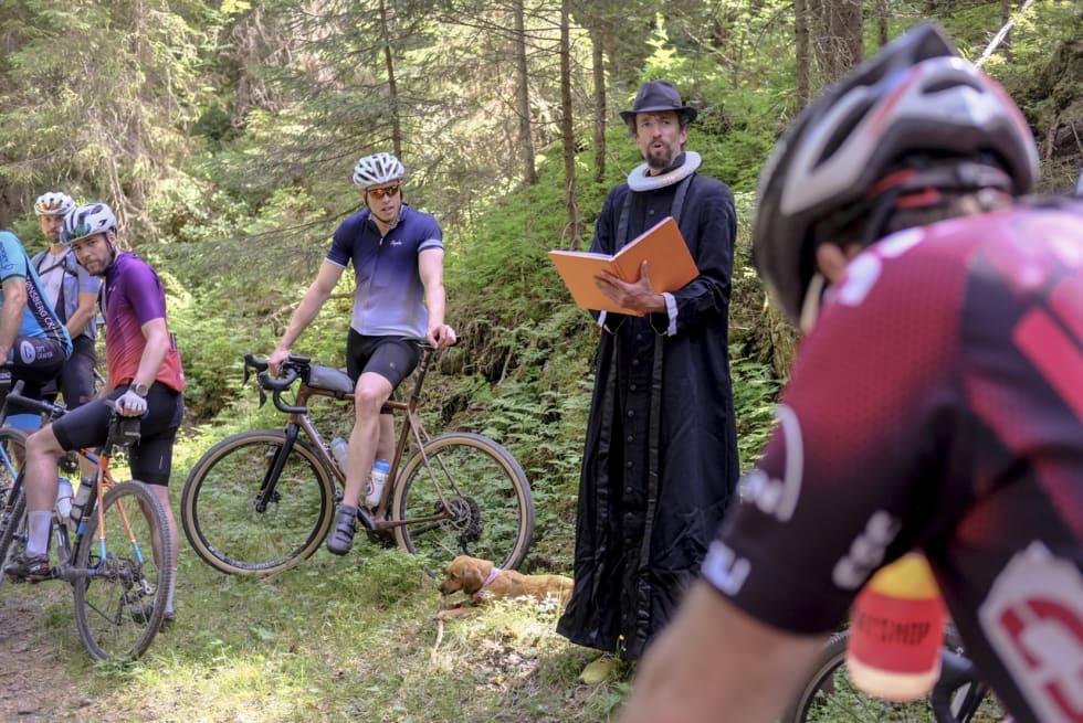 FALSKE EVENTYR: Norges siste vandrende prest. Han kom, leste eventyr, og gikk videre.