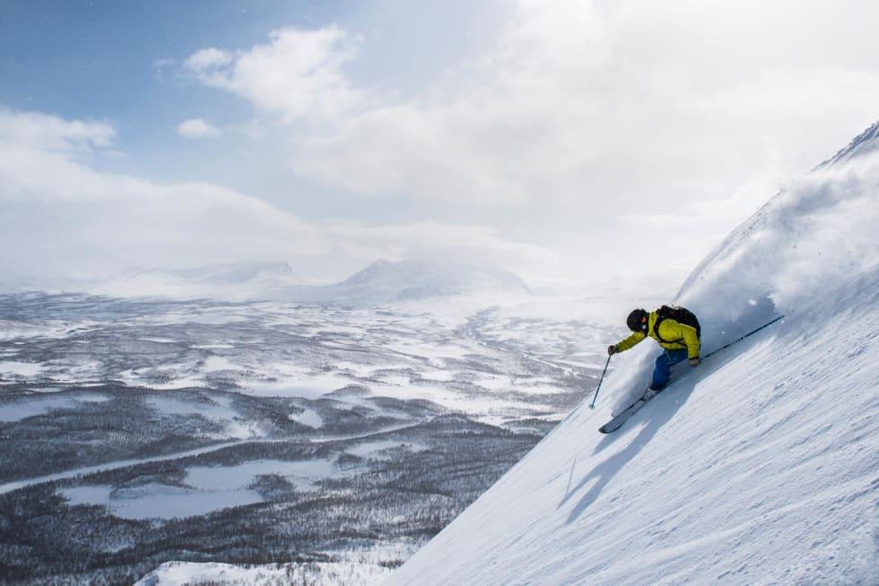 Magnus Stålnacke kjører på Slåttatjåkkas sørhelninger, med Lapporten i bakgrunnen. Foto: Markus Alatalo / Toppturer rundt Narvik.