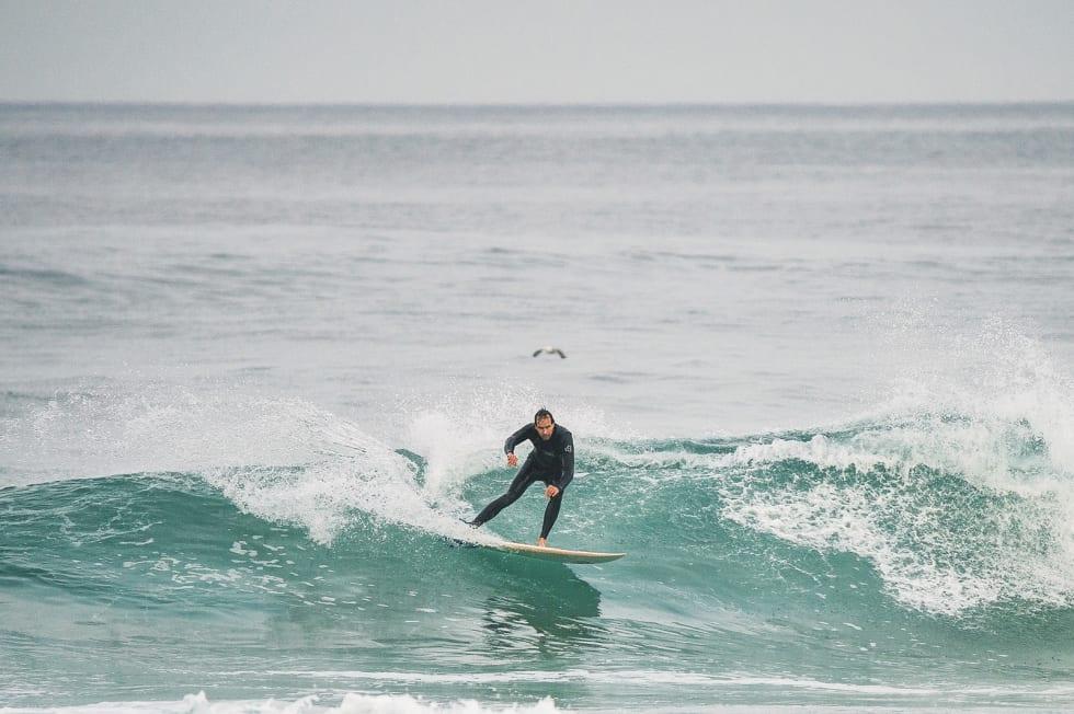 PÅ KURS: Tross middelmådig pop-up, finner artikkelforfatter Christian Nerdrum likevel en grei løsning på hvordan resten av bølgen skal surfes. Det var mye fokus på armbruken på kurset i Portugal.