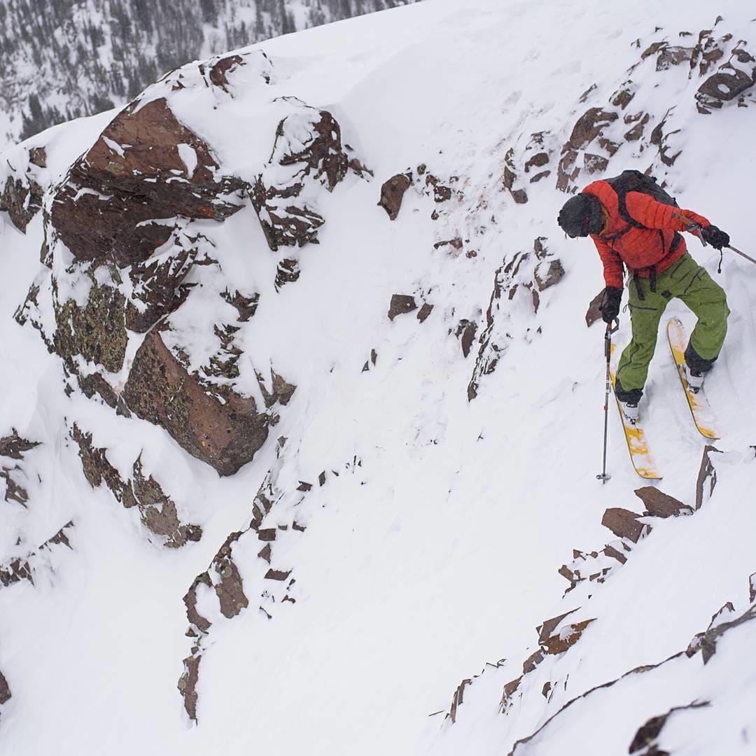 FRA EN BRA DAG: På vei ned «Maid and the Mist culoir» i Montana. Jeg må medgi at jeg ikke kjører så bratt veldig ofte. Vi hadde sykt flaks med snøen da vi var der. Masse, stabil, snø. Foto: Martin Stefan
