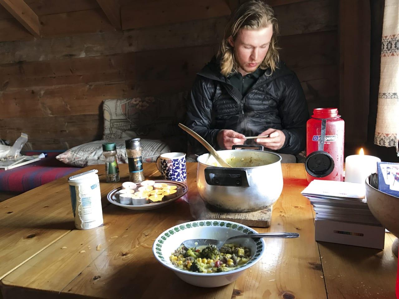 MIDDAG OG KOKKELIMONKE: Før turen preparerte vi mat til alle måltid. Kveldane gjekk som regel til planlegging av neste dag og lesing og kortspel.