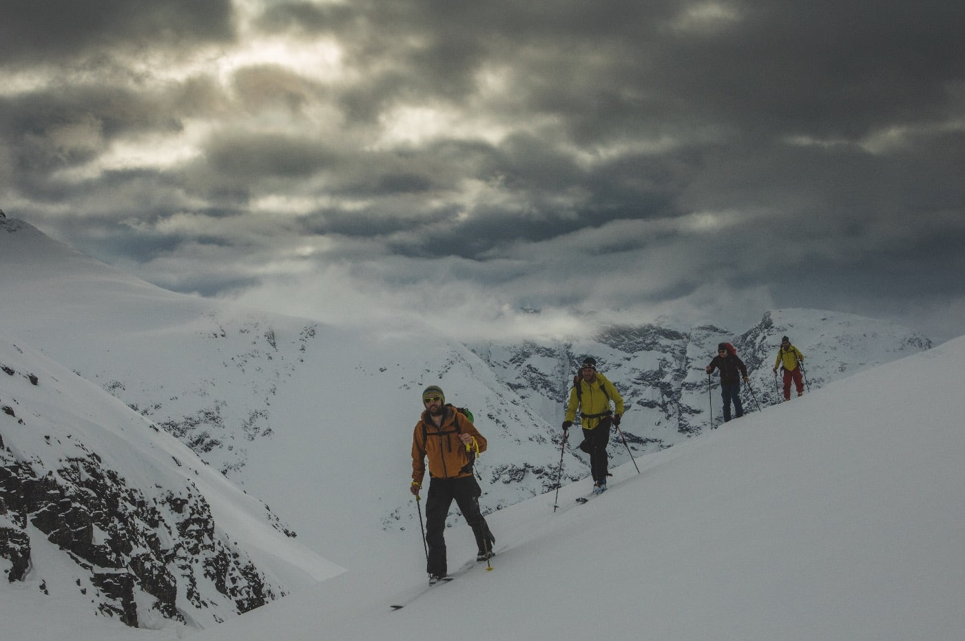 Skimaker Endre Hals leder an på første dag, fra Grøvdal opp mot Svartvassbu, mens skylaget gjør seg klar til litt påfyll av snø over natten. Foto: Matti Bernitz Pedersen