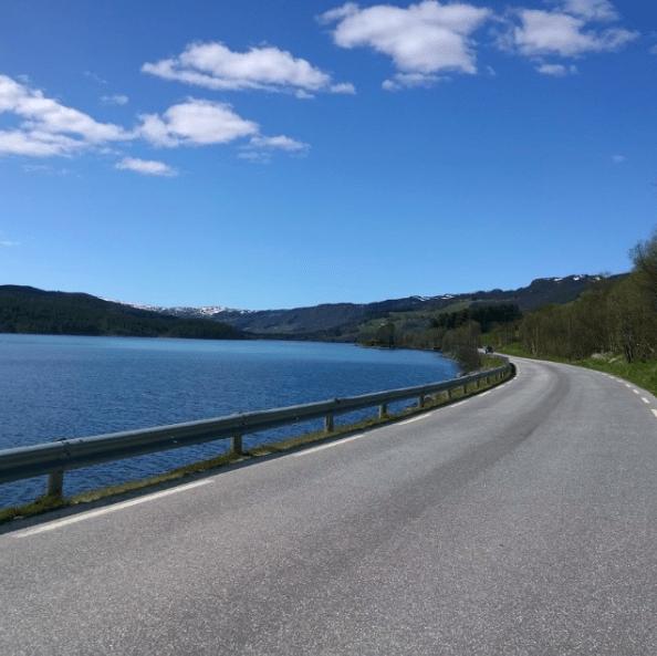 WHATS UP: Forholdene oppover Votndalen og forbi Vatsfjorden er upåklagelig lekre en sommerdag. Foto: Jonas Orset
