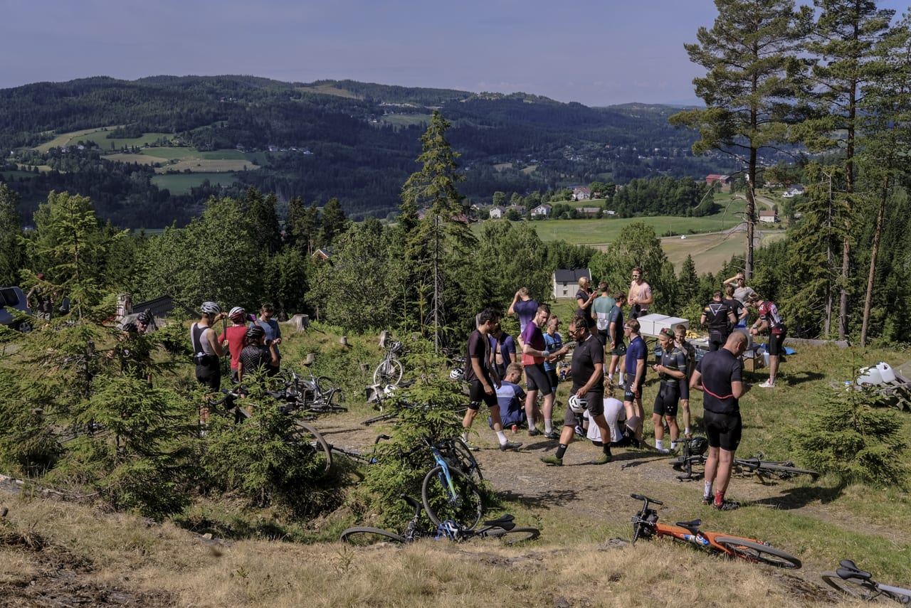 MAT OG DRIKKE: Det var nok av begge deler. Deltagerne brukte særlig lang tid på sæterstoppen etter 35 kilometer.