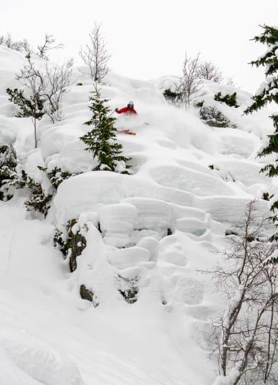 MODVO: Tarjei Aasen er ikke førstereis ned Modvoberget. Her forbereder han seg på en myk og flat landing. Foto: Vegard Aasen