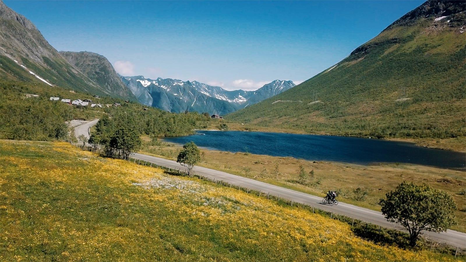 GRAND FINALE: Det er lite som står tilbake for avsluttende etappe på den fantastiske sykkelruta som går fra Hellesylt til Ålesund. Bilde: Magnus Roaldset Furset