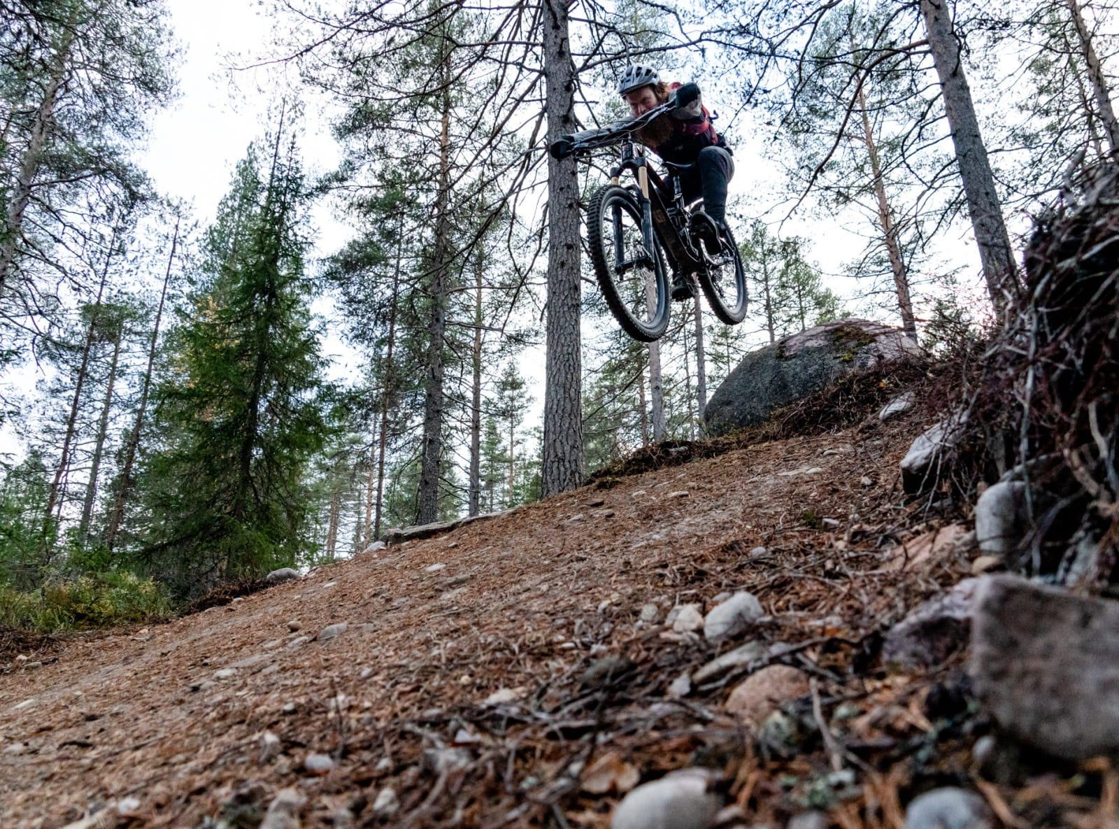 DROPP: Aslak Mørstad viser hvordan ut en stein med blind landing i Trysil. Bilde: Christian Nerdrum