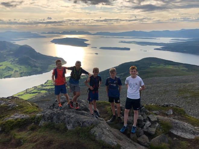SOSIALT: Kidsa skal ikke bare svette på fjellet. Det blir rom for å ha det hyggelig sammen uten å være tungpusta også.  Foto: Arnt Owe Røed