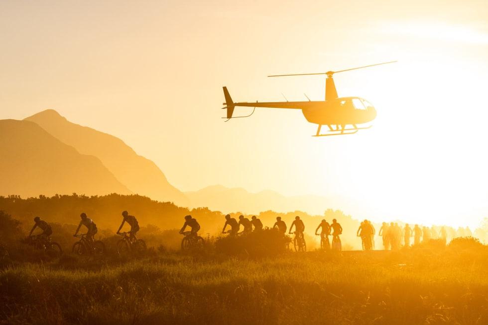 STOR STÅHEI: Cape Epic får mye internasjonal medieoppmerksomhet, og sendes ofte live på internett, med filming fra helikopter. Foto: Sam Clark.