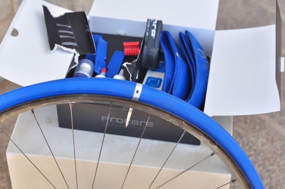 PÅ LINJE: Hullet i det blå innerdekket må være på linje med ventilen og den røde plasthylsa inni dekket.