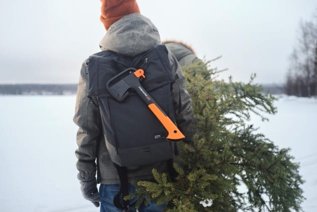 SELVGJORT: Heldig er den som kan hogge sitt eget juletre. Foto: Fiskars