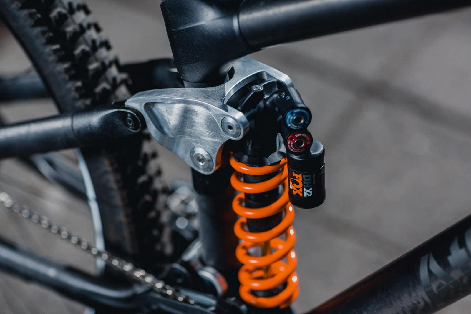 HELT RÅ: Rå materialer og lite innpakning er en gjenganger på sykkelen. Bakrammen dempes av en Fox DHX2-bakdemper med en 475-punds fjær.