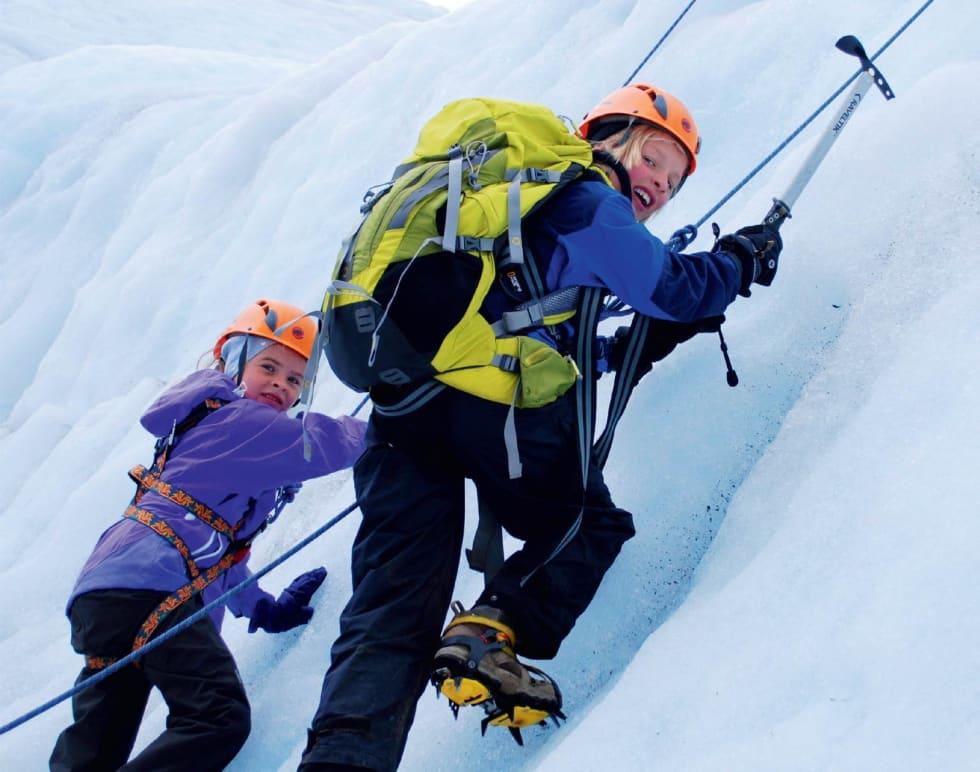 Rask progresjon: Med øks og stegjern er det ikkje noko problem å komme seg opp isveggen. Linnea Lundekvam og Elias Slåtten klatrar opp til topps.