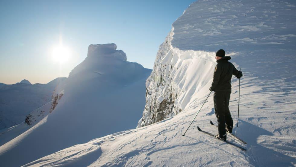 I Bjørnaskaret på tur mot Storebjørn. Vegar gåt på fjellski mens jeg går på randonee.