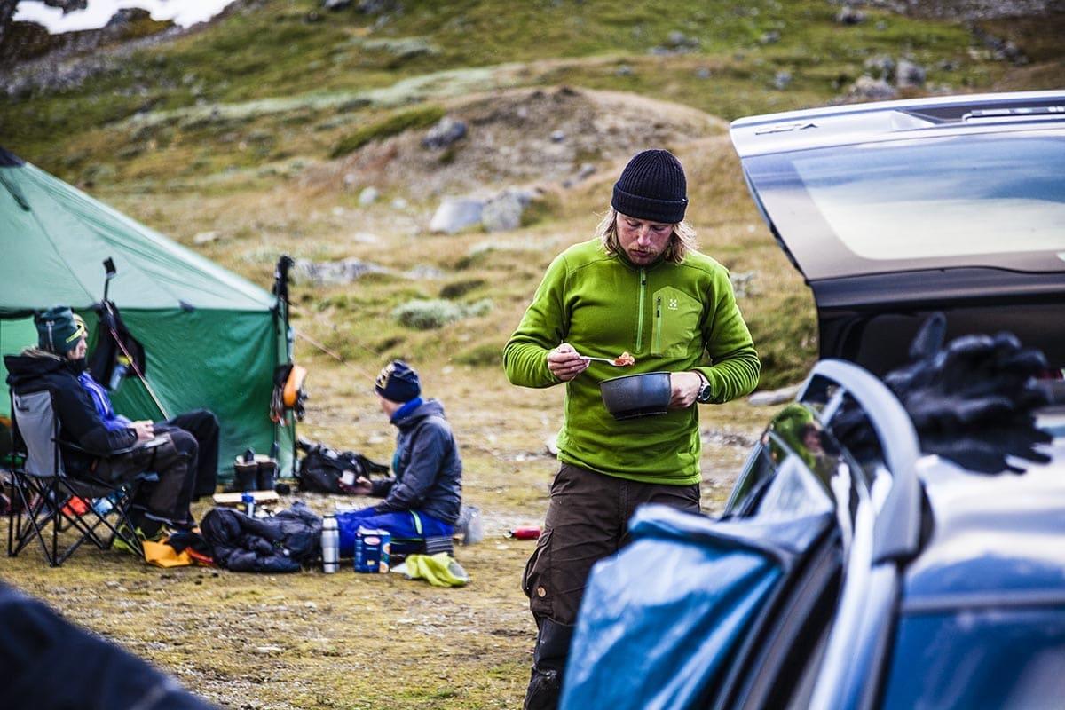 MIDDAG: Joakim Danielsson stapper i seg et velfortjent måltid etter en hel dag på breen. Foto: Martin Olson