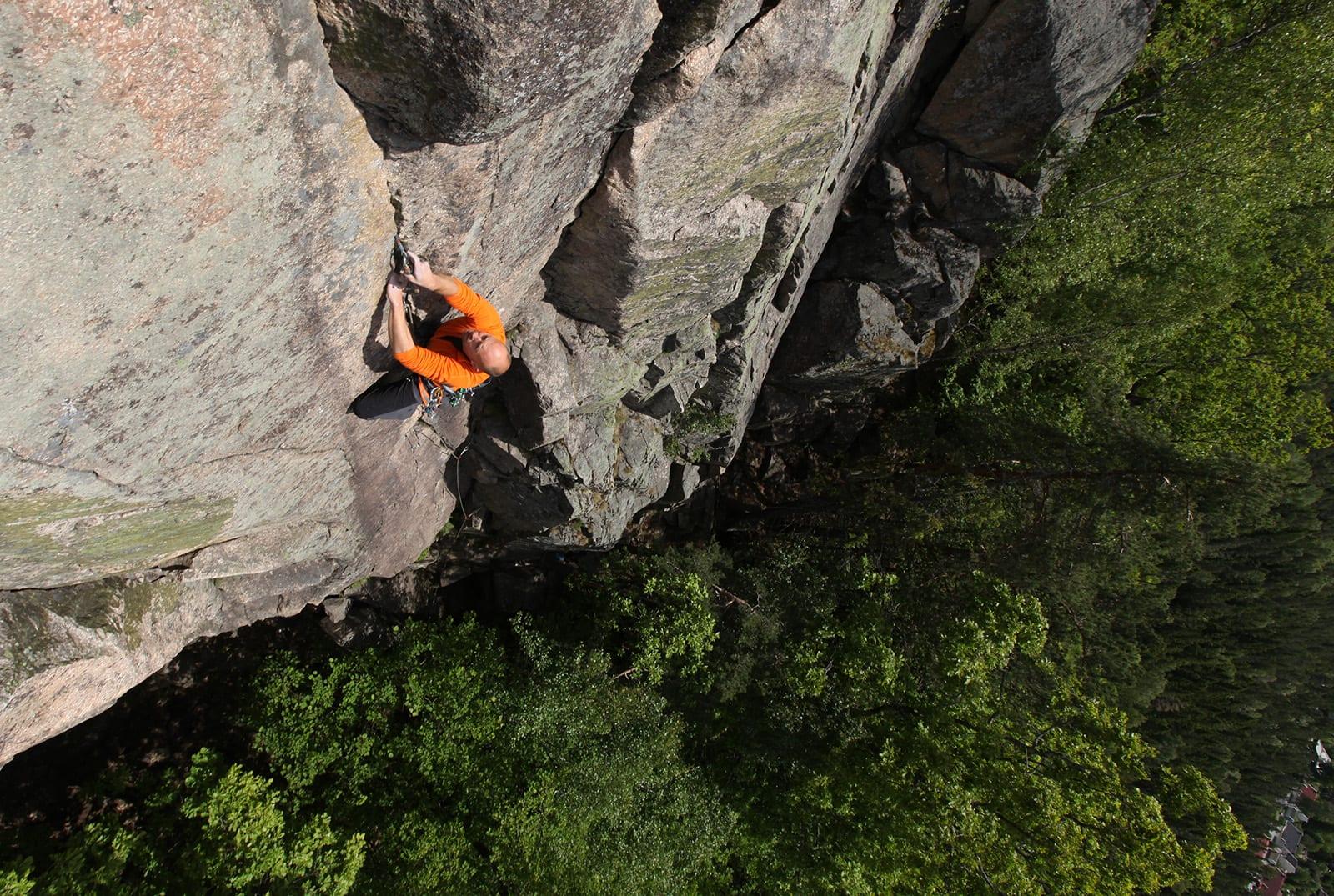 HISTORISK: Fandens hekletøy markerer på et vis starten på teknisk klatring i Norge. Klatrer: Dag Hagen. Foto Erik Neergaard