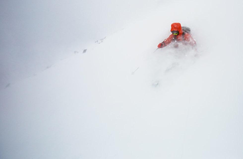 Bildetekst: Stian Hagen på vei ned sydrenna på Galdhøpiggen på en dag der snøforholdene var bedre en sikten. Foto: Christian Nerdrum